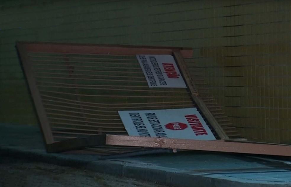 Portão do depósito foi derrubado pelos criminosos (Foto: Reprodução/RBS TV)