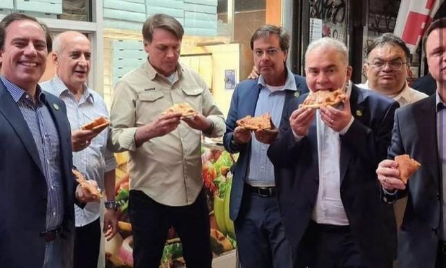 Bolsonaro come pizza na calçada em Nova York, com ministros: presidente não tem comprovante de vacinação exigido para frequentar restaurantes