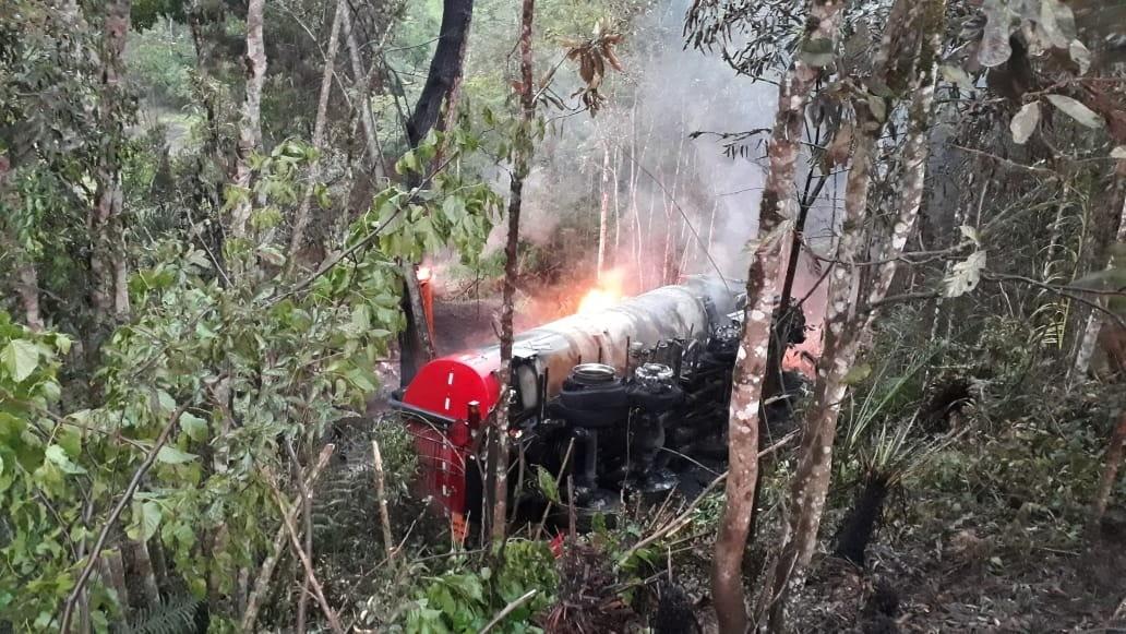 Caminhão com tanque de combustível sai de pista e pega fogo em Taió - Notícias - Plantão Diário