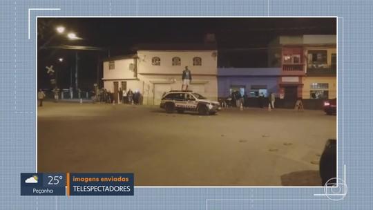 Homem é preso após pular em viatura da PM com garrafa de cerveja, em Rio Acima