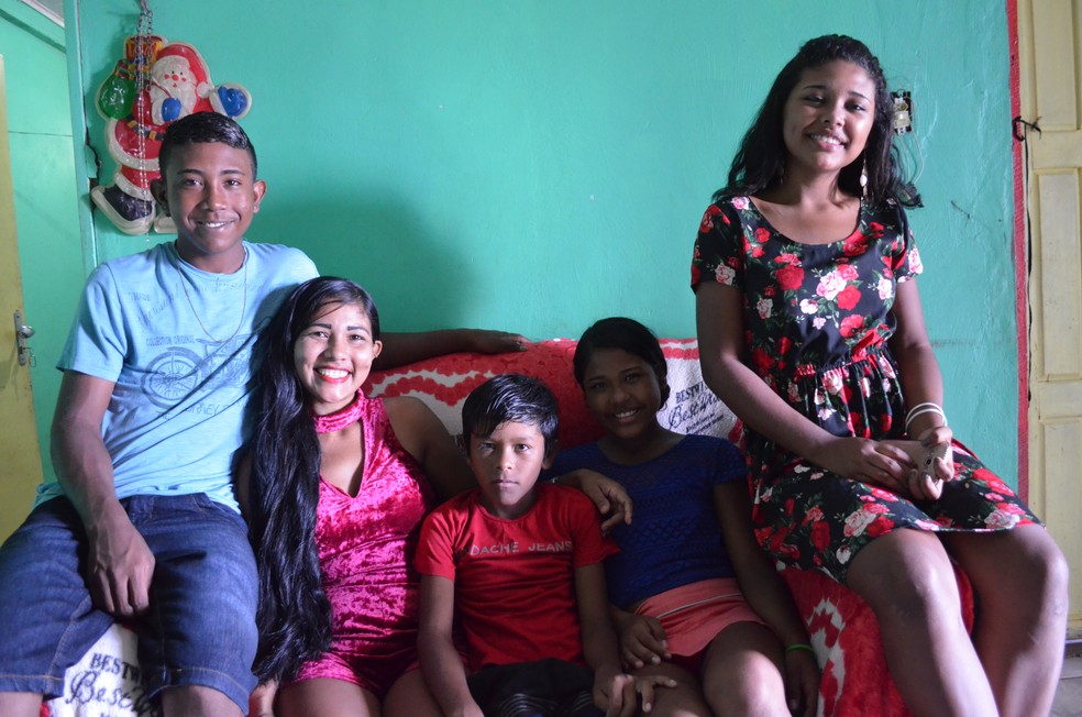 Em Macapá, Marilda Lobato anunciou o cabelo à venda nas redes sociais para comprar material escolar para os quatro filhos (Foto: Jorge Abreu/G1)