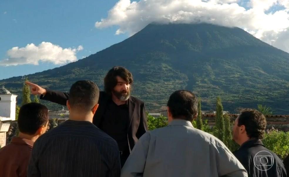 Dom Rafael (Cesar Troncoso) descobre fuga de Cassiano (Henri Castelli) e Duque (Jean Pierre Noher), em 'Flor do Caribe' — Foto: Globo