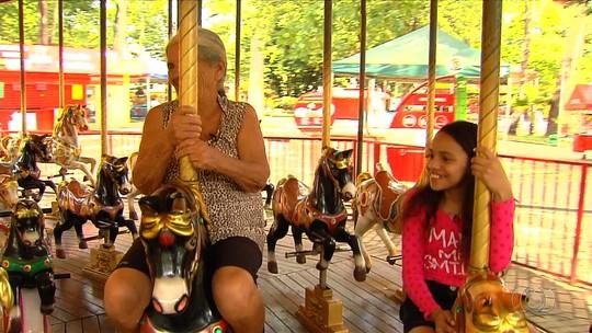 Jornalista Mirim revive brincadeiras antigas junto com a avó, em Goiânia