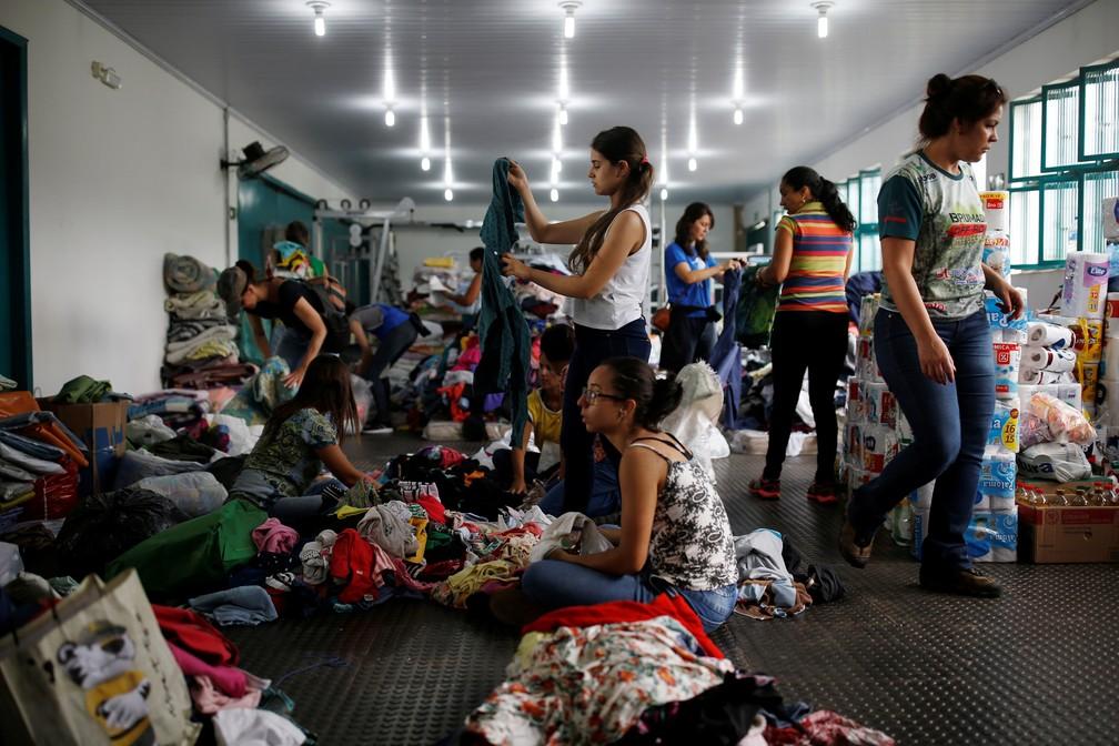 Voluntários preparam doações para moradores afetados pelo rompimento da barragem da Vale em Brumadinho, neste sábado (26). — Foto: Adriano Machado/Reuters