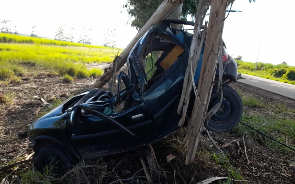 Vítima ficou presa às ferragens em acidente na BA 290, na cidade de Medeiros Neto — Foto: Divulgação/Corpo de Bombeiros