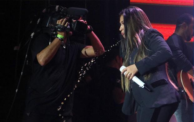 Simone cospe toda a bebida no palco (Foto: Daniel Pinheiro/AgNews)