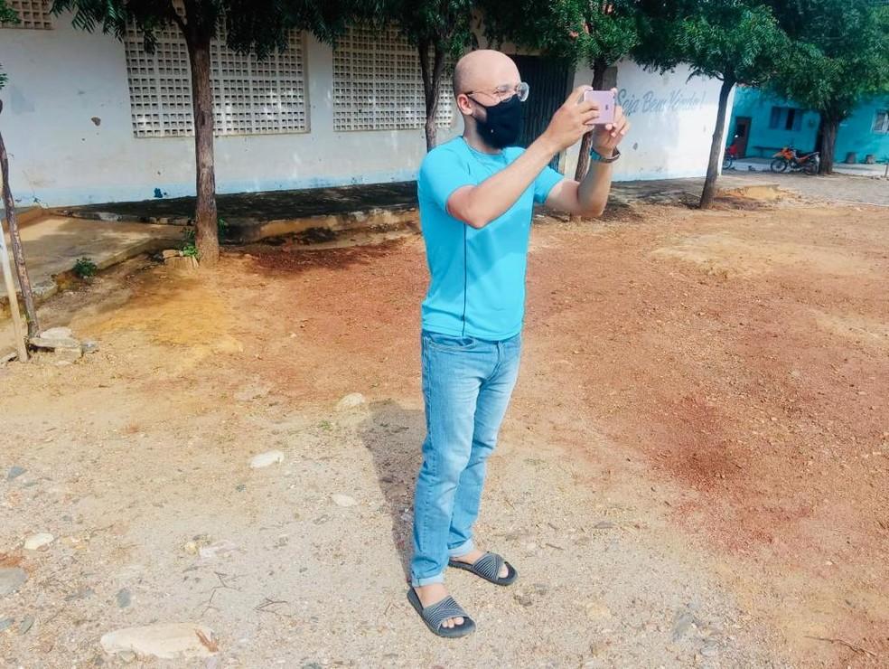João Leandro usa um aparelho celular para registrar as paisagens do distrito de Itaguá, na cidade de Campos Sales, o interior do Ceará. — Foto: Arquivo pessoal