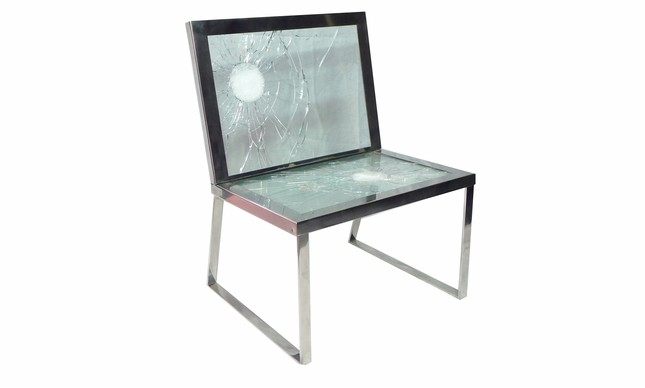 Bullet, a cadeira em aço inox, usando vidro blindado