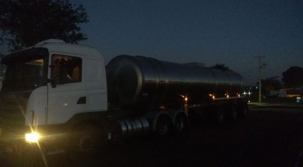 Empresa não tinha licença ambiental para transportar o combustível (Foto: Polícia Militar Ambiental/Divulgação)