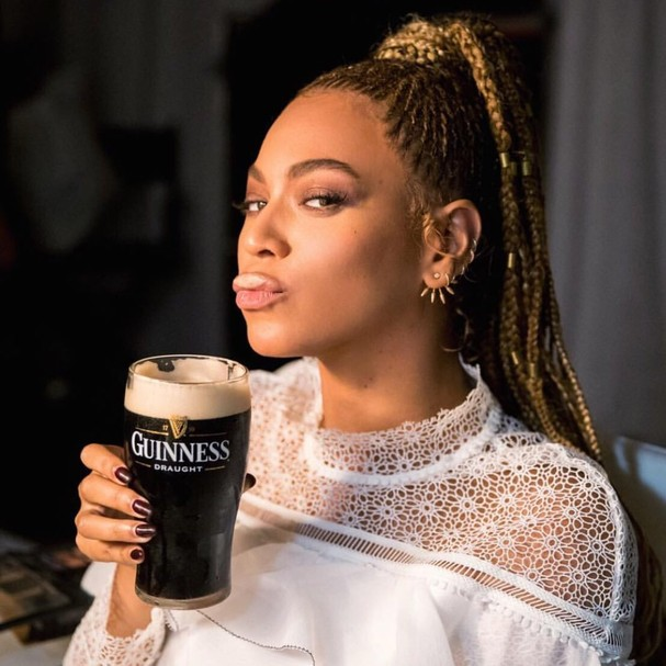 Beyoncé bebendo cerveja (Foto: Instagram/Reprodução)