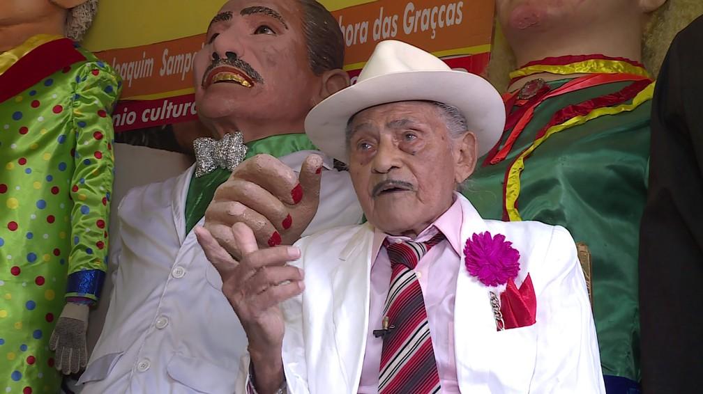Mestre Jaime e os bonecos gigantes. — Foto: Reprodução/TV Grande Rio