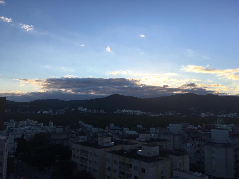 Amanhecer em Florianópolis nesta quarta-feira (28) — Foto: Catarina Duarte/NSC