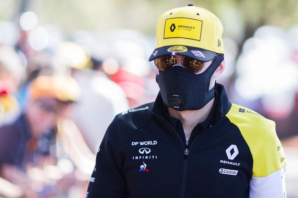 Esteban Ocon passa diante do público de Melbourne com máscara, antes de cancelamento da etapa — Foto: Getty Images