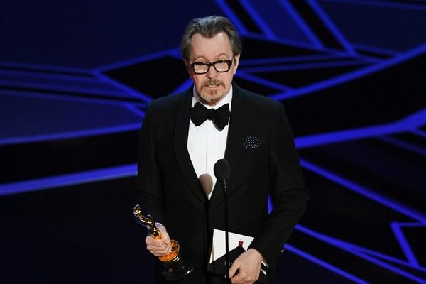 O ator Gary Oldman com o Oscar vencido por ele na cerimônia de 2018 (Foto: Getty Images)