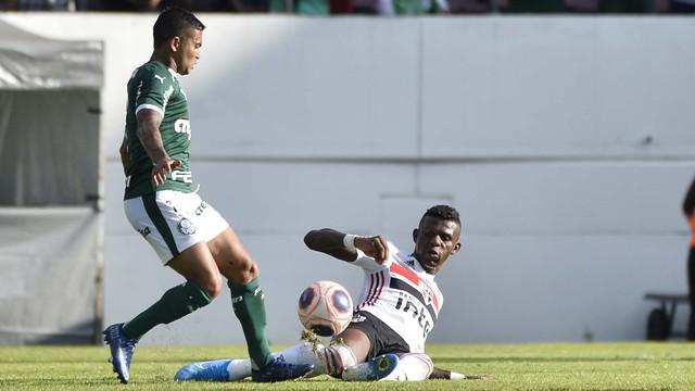 Arboleda dá carrinho em Dudu no clássico contra o Palmeiras