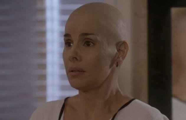 A professora de dança Lucrécia (Helena Fernandes), mãe de Jade, enfrentou um câncer de mama (Foto: Globo)