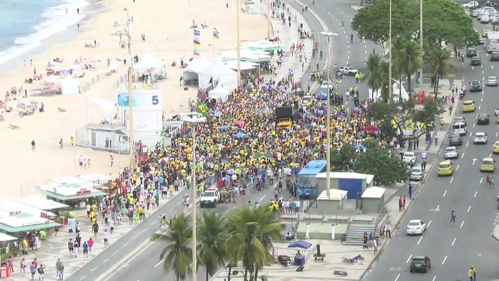No Rio, apoiadores de Jair Bolsonaro se reuniram na Praia de Copacabana, na Zona Sul — Foto: G1
