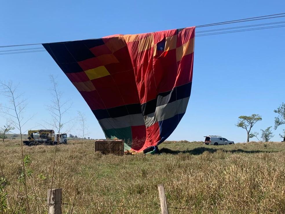 Balão ficou enroscado em fio de alta tensão em Boituva (SP) — Foto: Airton Salles Jr./TV TEM