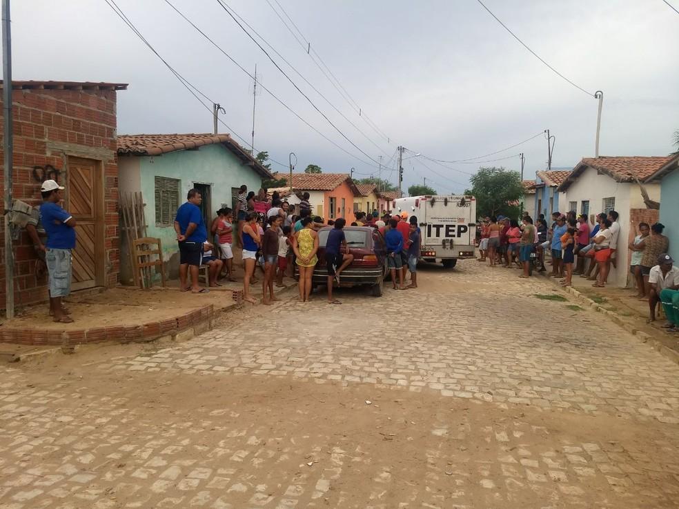 Criminosos invadiram duas residências da cidade e alvejaram um casal e um homem  (Foto: Eurípedes Dias )