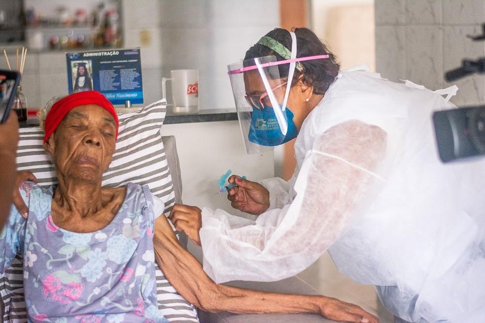 Maria do Livramento Silva, aos 117 anos, recebe a 1ª dose da vacina Oxford/Astrazeneca no Cabo de Santo Agostinho — Foto: Silas Gabriel/PMCSA
