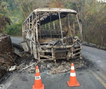 Ônibus pega fogo na Serra de Baturité, no interior do Ceará