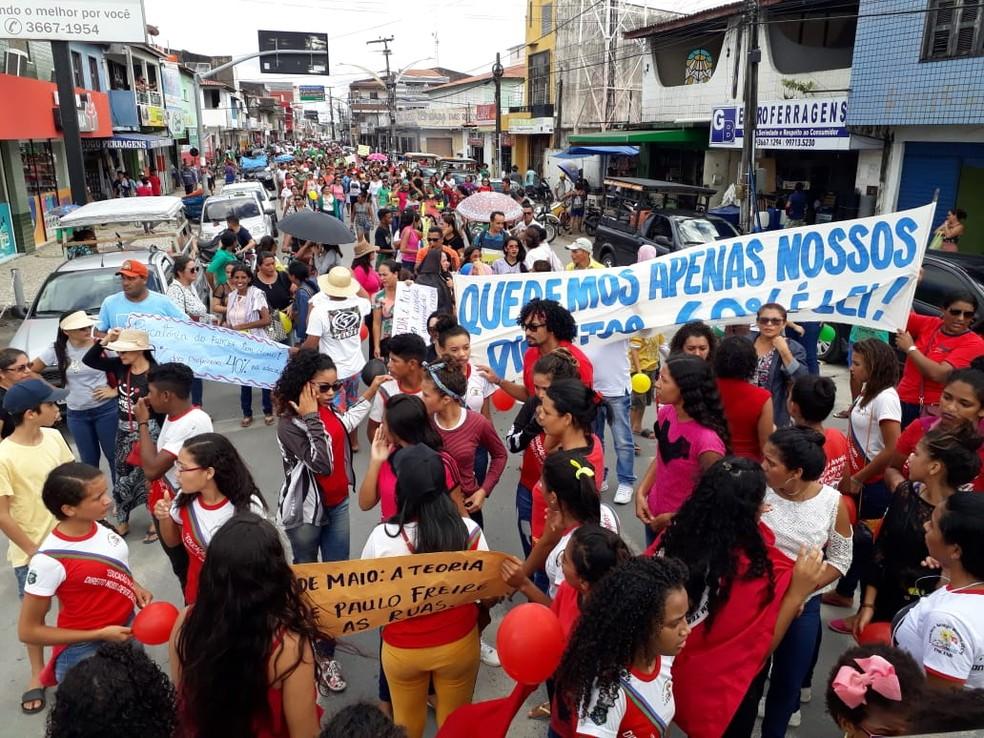ITAREMA, 11h45: Manifestantes se reúnem e saem em caminhada pelas ruas de Itarema, no Ceará.  — Foto: Divulgação/ Fetamce