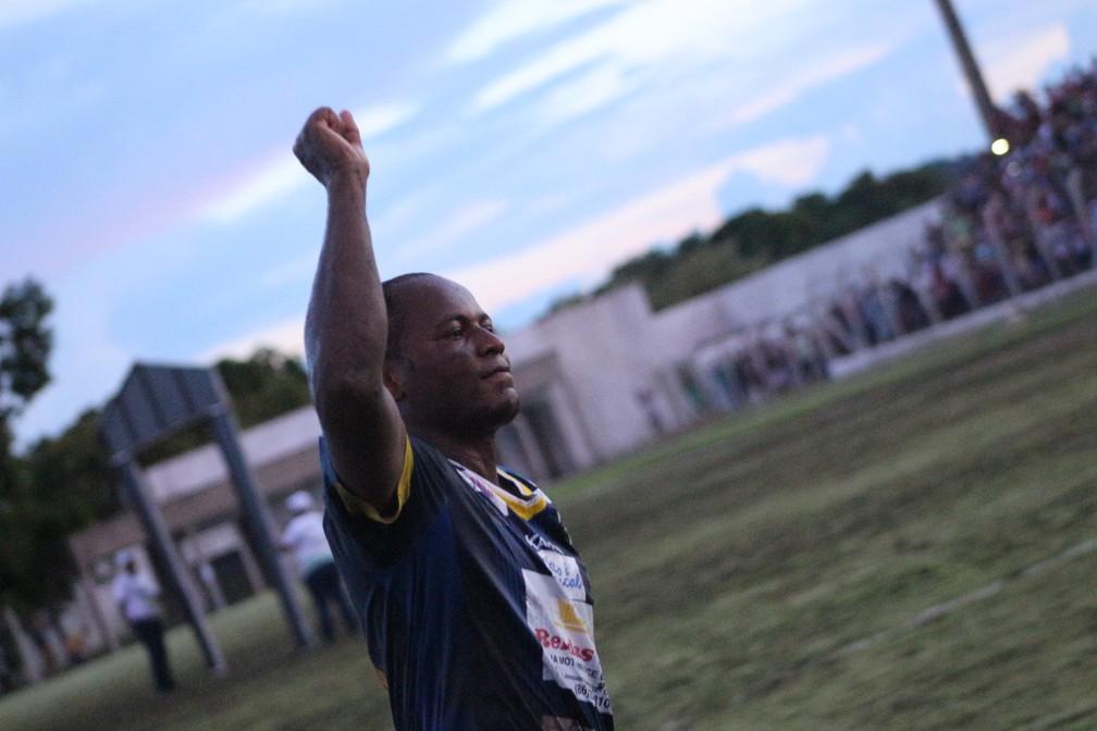Com gol na final, Joelson vibra com a torcida bicampeonato do Altos (Foto: Renan Morais)