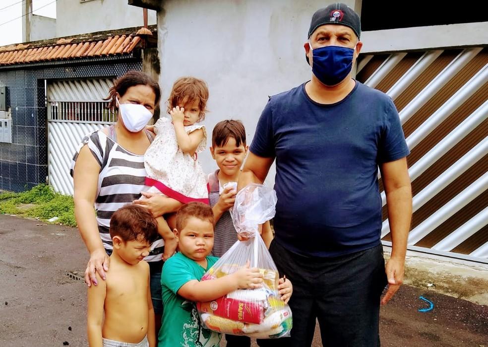 Girleno entrega cestas básicas para família de Manaus — Foto: Arquivo pessoal
