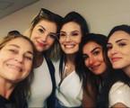 Barbara França, Camila Queiroz, Marina Moschen e Isabelle Drummond com a produtora de elenco Yolanda Rodrigues  | Reprodução Instagram