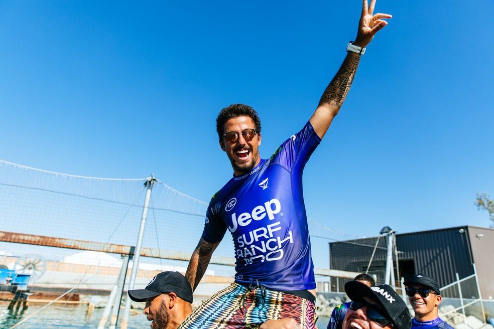 Filipe Toledo é carregado após vitória no Surf Ranch — Foto: WSL / Van Kerk