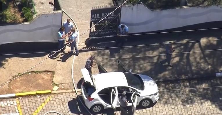 Adolescentes chegaram em um carro (Foto: Reprodução/TV Globo)