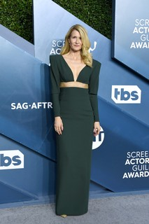 Laura Dern, de Stella McCartney e joias Tiffany & Co