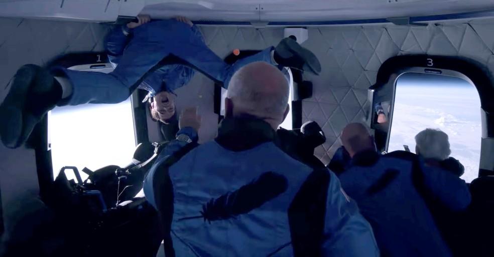Oliver Daemen, pessoa mais jovem a ir ao espaço, flutua na capsula do foguete New Shepard da Blue Origin — Foto:  Blue Origin/Handout via REUTERS