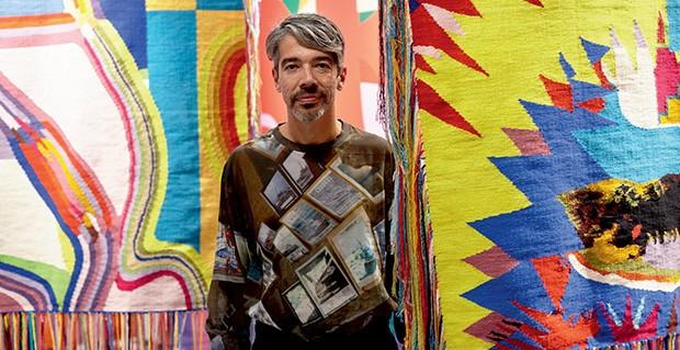 Eli Sudbrack em meio a sua série de tapetes (Foto: Erick Flores Quesada e Divulgação)