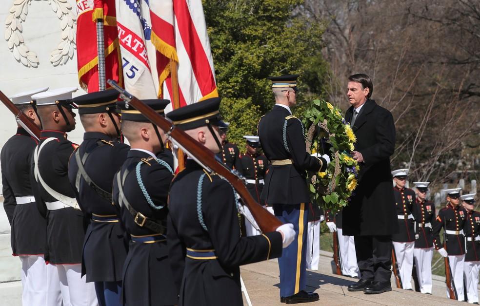 Bolsonaro homenageia soldados americanos mortos em cerimônia, no cemitério de Arlington, em Washington, nos EUA — Foto: REUTERS/Jonathan Ernst