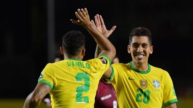 Firmino comemora seu gol com Danilo