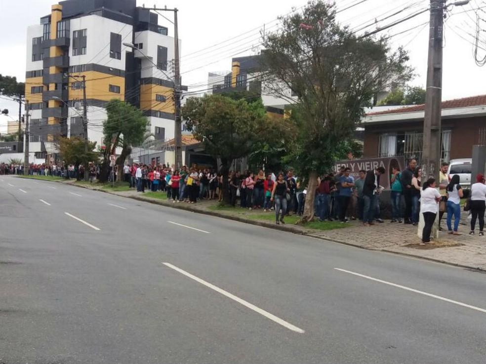 Centenas de pessoas aguardam na fila para tentar uma das vagas oferecidas pela rede de farmácias  (Foto: Naiara Dambros/Arquivo pessoal )
