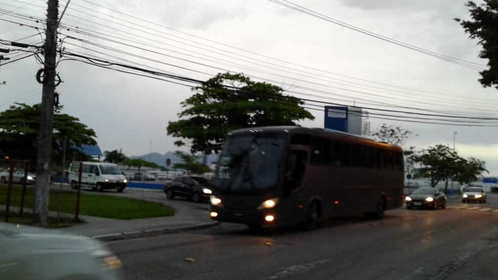 Ônibus transporta imigrante venezuelanos para Palhoça — Foto: Júlio Ettore/NSC TV