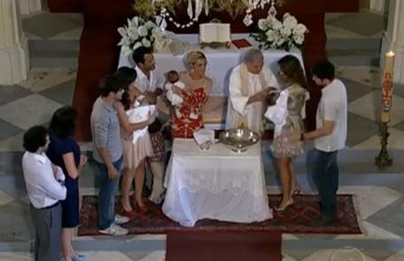 Netos de Griselda, os filhos de Teodora (Carolina Dieckmann), Amália (Sophie Charlotte) e Patrícia serão batizados no mesmo dia Reprodução