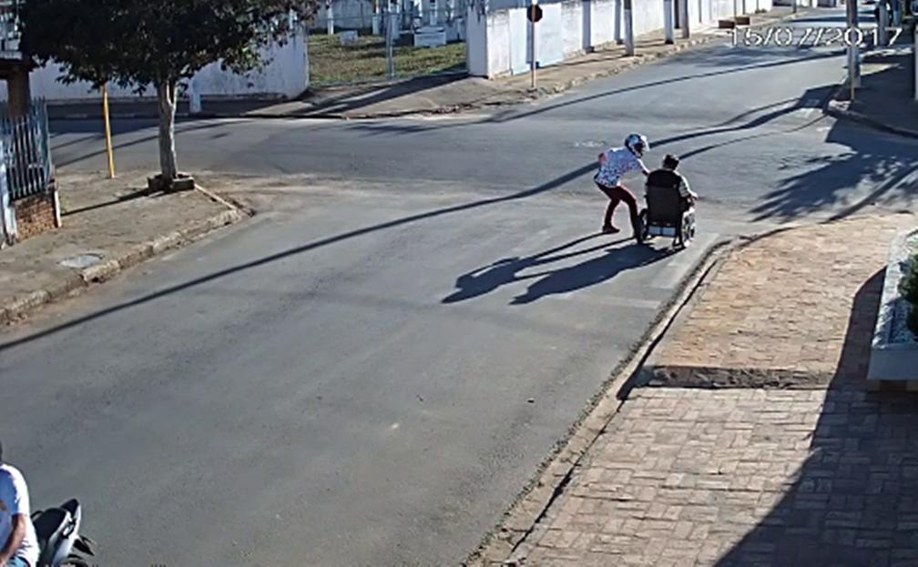 Homem aborda cadeirante e rouba dinheiro em São Miguel Arcanjo (Foto: Reprodução/TV TEM)