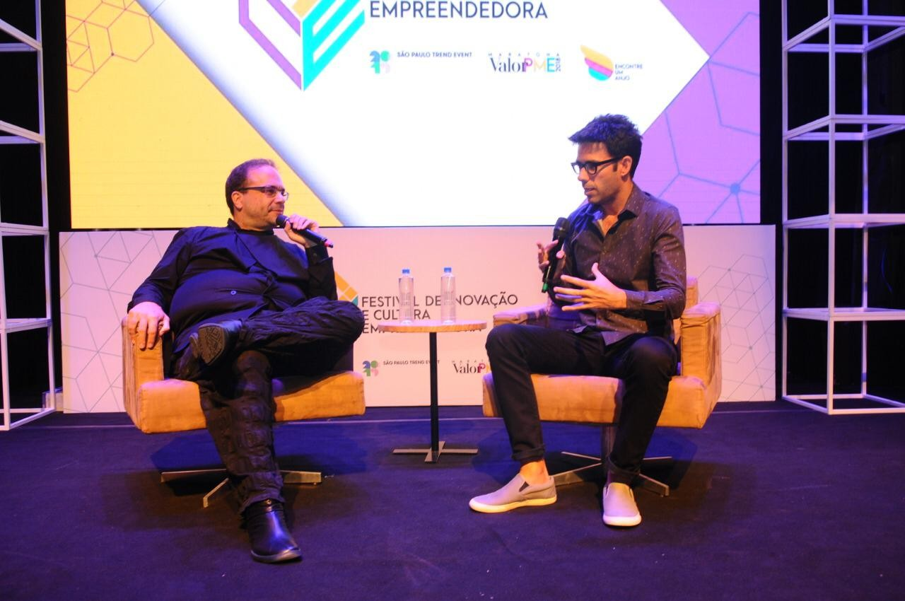 Fernando Luna, diretor editorial da Editora Globo (dir.), entrevista o curador Marcello Dantas (Foto: Alexandre DiPaula)