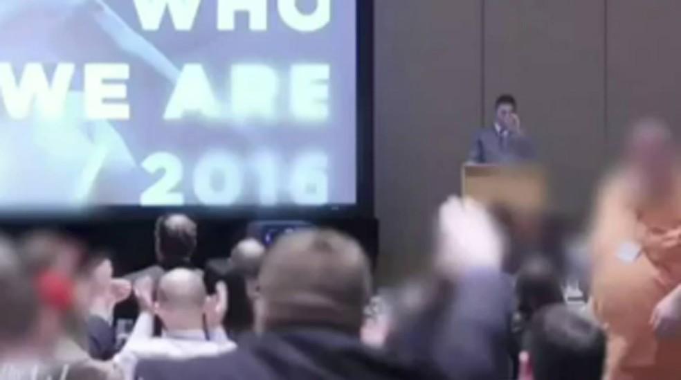 Vídeo mostra ativistas do grupo alt-right erquendo braço e gritando 'Viva Trump!' durante encontro em Washington (Foto: BBC)