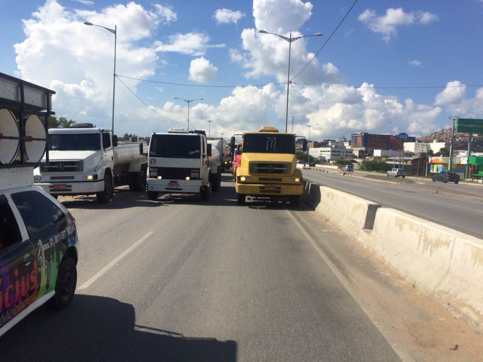 Protesto de caminhoneiros na BR-104, em Caruaru (Foto: Franklin Portugal/TV Asa Branca)