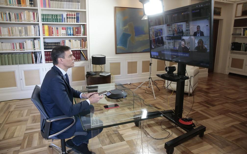 O primeiro-ministro da Espanha, Pedro Sánchez, participa de videoconferência com ministros sobre coronavírus, no Palácio Moncloa, em Madri, na sexta-feira (13) — Foto: Jose Maria Cuadrado Jimenez/La Moncloa/AFP