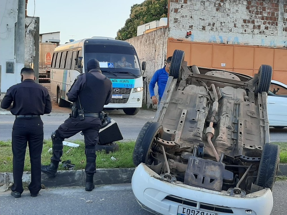 Carro tenta desviar de caminhão e capota em avenida de Natal — Foto: Samuel Florêncio/Inter TV Cabugi