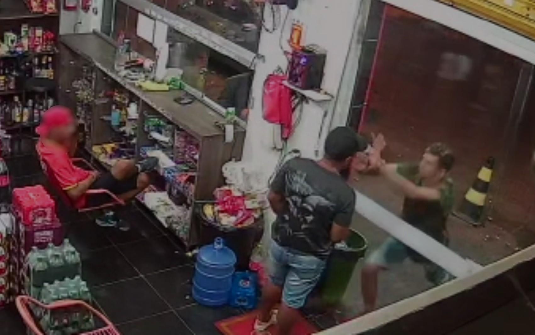 Funcionário de distribuidora é esfaqueado por cliente após se recusar a passar R$ 0,50 no cartão em Goiânia; vídeo
