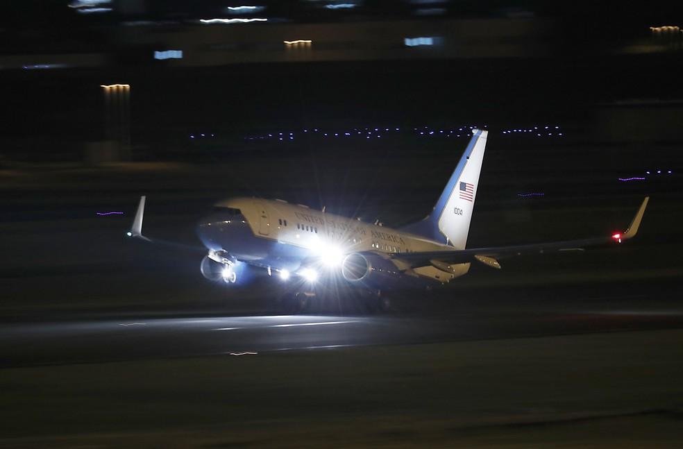 Avião do governo dos EUA decola da base aérea americana de Yokota, nos arredores de Tóquio, com o secretário de Estado Mike Pompeo e os três americanos que foram libertados pela Coreia do Norte na noite de quarta-feira (9) (Foto: AP Photo/Eugene Hoshiko)