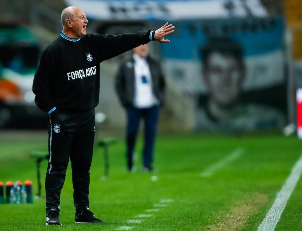 Felipão passa orientações contra a LDU — Foto: Staff Images / CONMEBOL