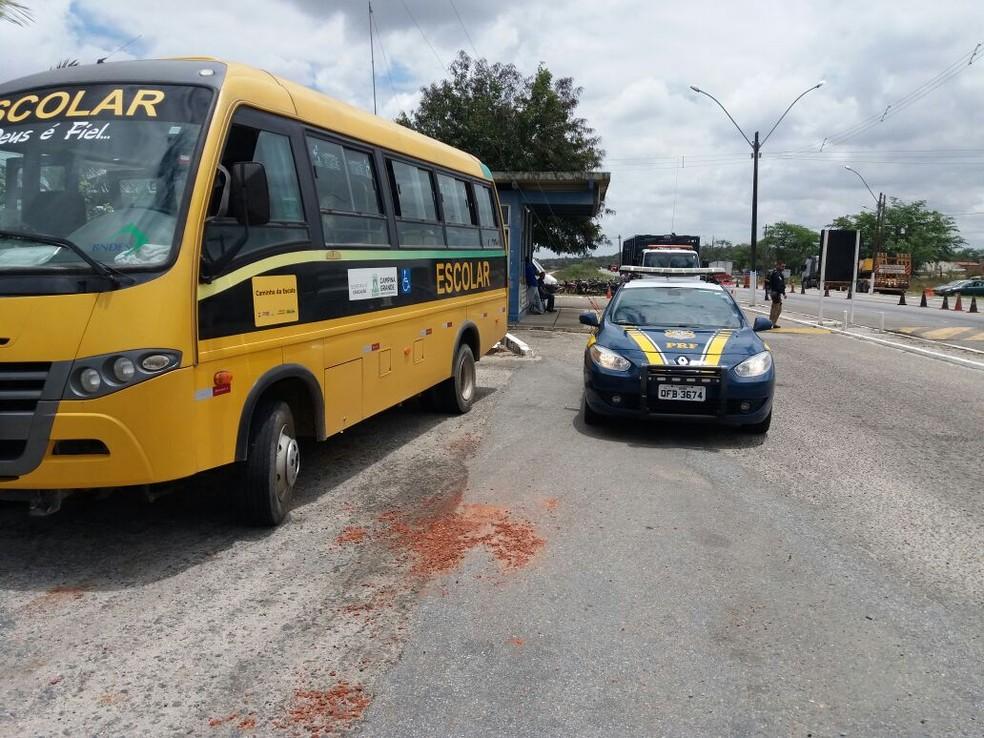 Motorista é preso pela PRF por dirigir bêbado ônibus escolar com 15 crianças (Foto: Divulgação/ Polícia Rodoviária Federal)