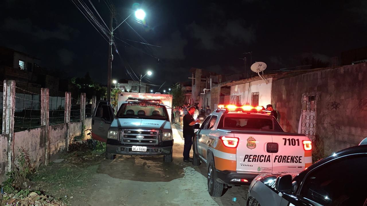 Adolescente de 16 anos é morto a tiros, e amiga de 14 anos fica gravemente ferida no Bairro Mondubim, em Fortaleza